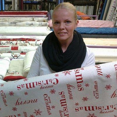 Mode Kankaan aiempi omistaja Aulikki Livisti esittelee muutaman vuoden takaista joulukangasmuotia, uusi yrittäjä Pauliina Marshall pitelee tämän joulun uutuuskangasta.