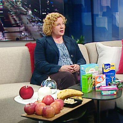 Ruuan markkinointisäännökset kiristykset. Tuotteiden terveysvaikutuksia saa mainostaa ainoastaan, jos niistä on olemassa tiukkaa tieteellistä tutkimusta. Ravinnon turvallisuuden professori Marina Heinonen kertoo ruokaan liittyvistä vääristä uskomuksista.