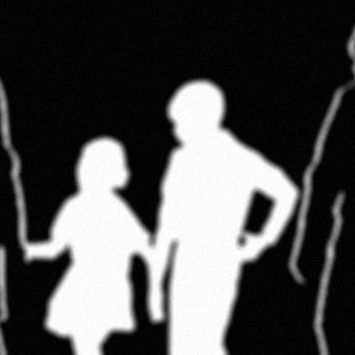 Perheen siluetti mustavalkoisessa kuvassa.