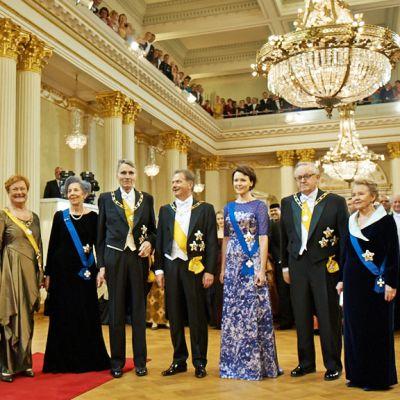 Presidentit puolisoineen vasemmalta lukien: Halonen, Koivisto, Niinistö ja Ahtisaari.