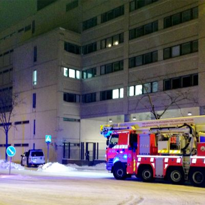 Paloautoja Pasilan poliisitalon edustalla Helsingissä.