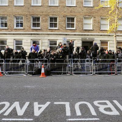 Median edustajat päivystävät sairaalan edustalla Lontoossa.
