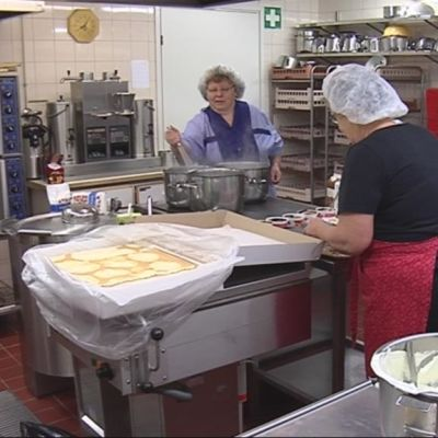 Vapaaehtoisia töissä seurakunnan keittiössä.