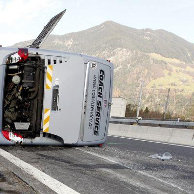 Marcus Miller -yhtyeen kaatunut bussi moottoritiellä Sveitsissä.