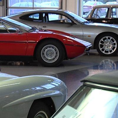 Vanhoja autoja myyntihallissa.