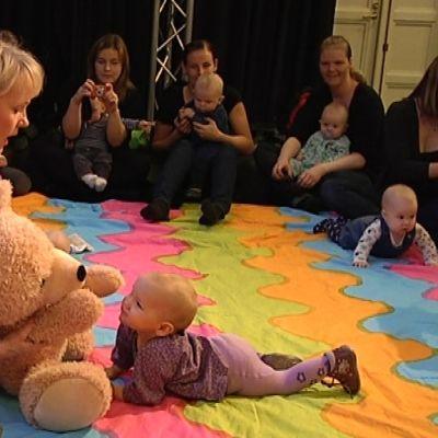 Vauvoja ja vanhempia Nalle Nappisilmä -konsertissa.