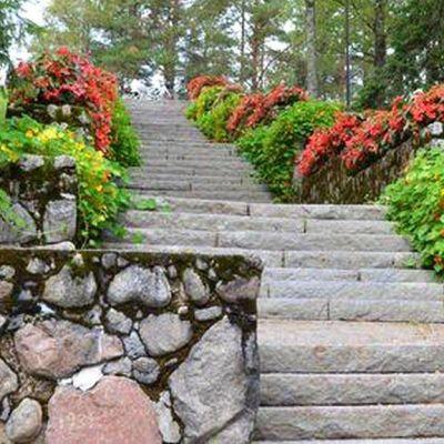 Kukat koristavat Harjun portaita.