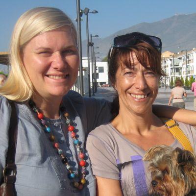 Kaksi Rouvaa aurinkoisella kadulla Etelä-Espanjassa.