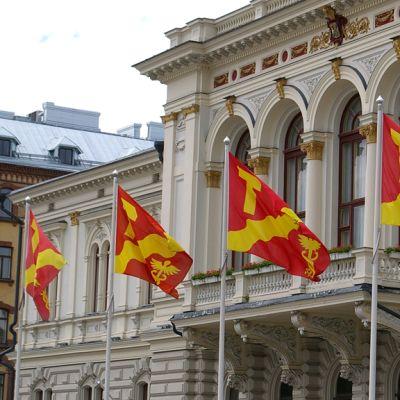 Tampereen liput liehuu Raatihuoneen edessä.