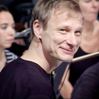 Ismo Alanko harjoittelee Radion sinfoniaorkesterin kanssa Musiikkitalossa