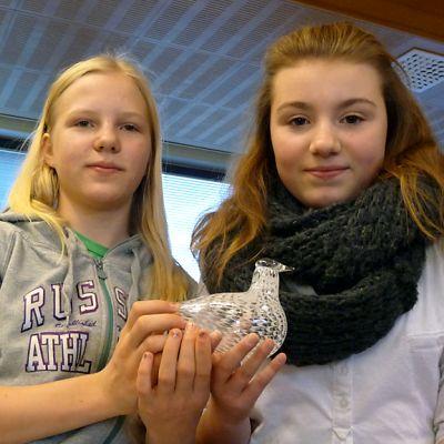 Hintan koulun sovittelijaoppilaat Anna Koskela ja Iida-Lotta Nousiainen esittelevät palkinnoksi saamaansa Sovinnon Kyyhkyä