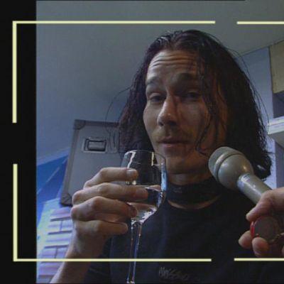 Tuomas Holopainen maistelee pontikkaa.
