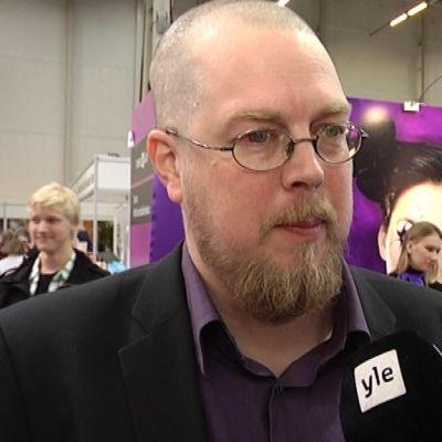 Tuomas Kyrö Turun kirjamessuilla.