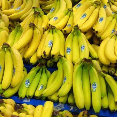 Kuvassa banaaneja kaupan hedelmäosastolla