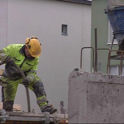 Rakennusmies tekee töitä ulkona