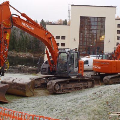Työkoneet odottivat töiden alkua Kajaanin rantapuistossa maanantaiaamuna.