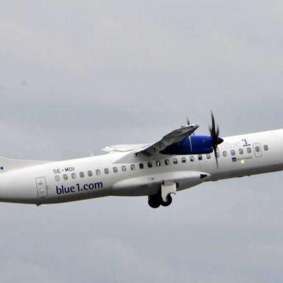 Blue1-yhtiön lentokone taivaalla.