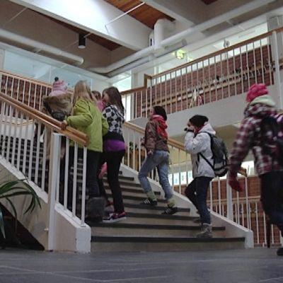 Lapsia Putaanvirran koulun käytävällä.