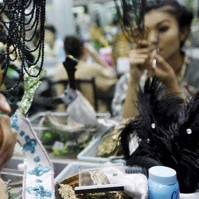 Transvestiitti meikkaa itseään Tiffany-show:ta varten. Tiffany-show on yksi suurimmista transvestiittikabareista Thaimaassa.