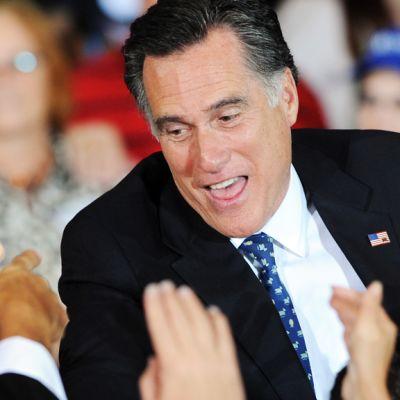 Mitt Romney kannattajiensa ympäröimänä.