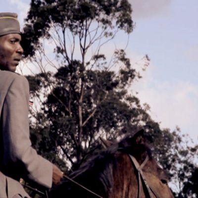 Gustaf Mannerheimia esittävä Telley Savalas Otieno hevosen selässä.