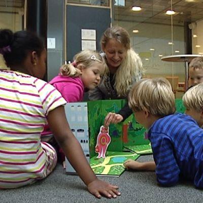 Lapsia kuuntelemassa satua.