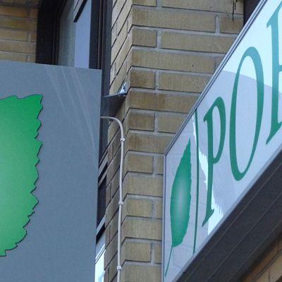 Kuvassa paikallisosuuspankin mainoskylttejä talon seinässä.