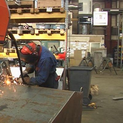 Metallityömies työssään.