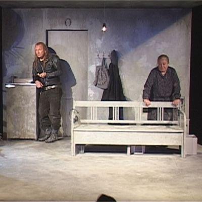 Kohtaus näytelmästä Yksiöön en äitee ota
