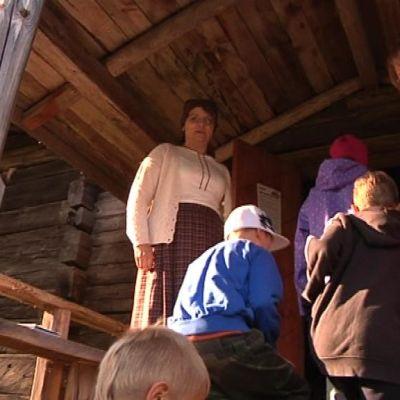 Koululaisia menossa sisään kotiseutumuseoon