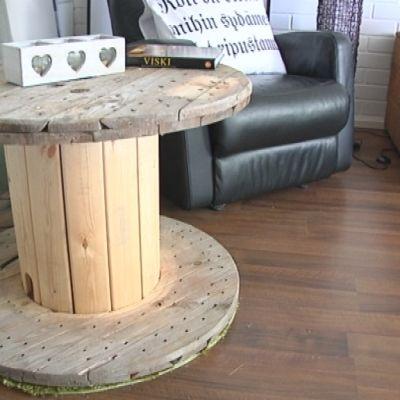 Puupöytä ja nojatuoli