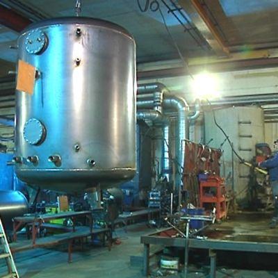 Kuvassa teollisuushallissa valmistetaan kuumavesisäiliöitä