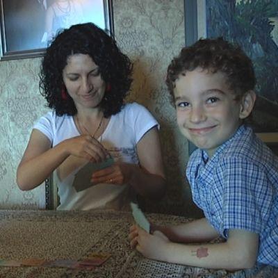 7-vuotias Mikhail Kryokov pelaa korttia äitinsä Kristiina Koskisen ja isäpuolensa, Olli-Pekka Koskisen kanssa.