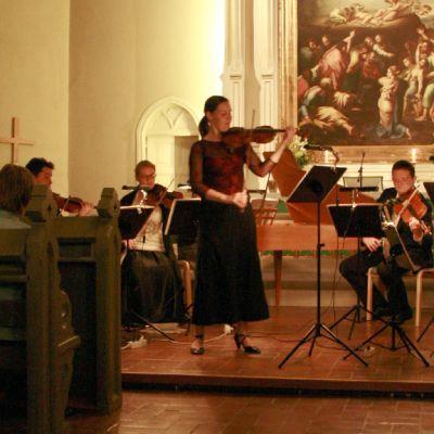 Naisviulisti Satasoiton kirkkokonsertissa.