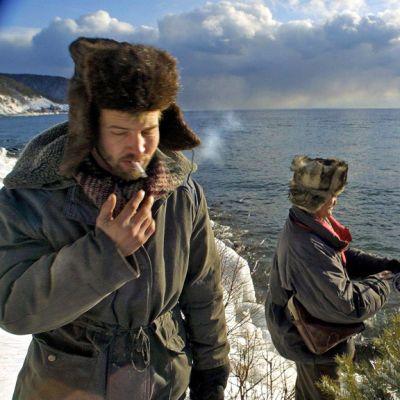 Kaksi kalastajaa karvalakeissaan Baikal-järven rannalla.