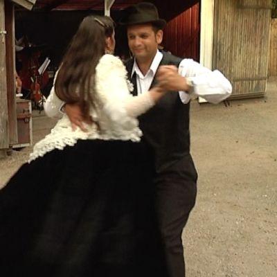 Romanipari tanssii tangoa.