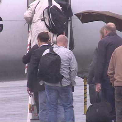 Lentomatkustajia Joensuun kentällä.