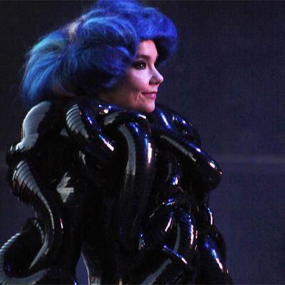 Björk esiintymässä Flow-festivaalilla Helsingissä.