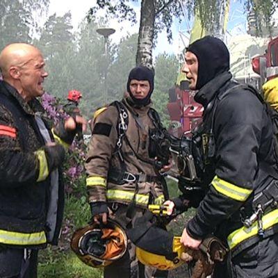 Paloesimies antaa ohjeita palomiehille tulipalossa.
