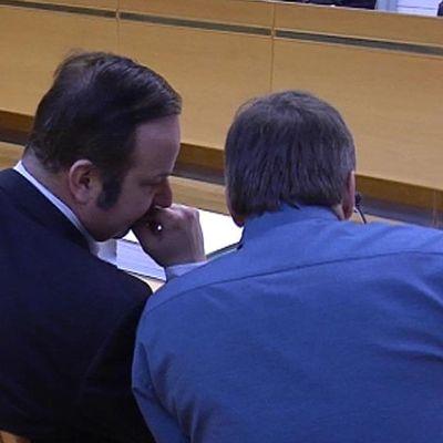 Asianajaja Kari Eriksson (vasemmalla) neuvottelee epäillyn kanssa laajan paritusoikeuden käsittelyssä Oulun käräjäoikeudessa