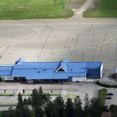 Kajaanin lentoasema ilmasta kuvattuna.