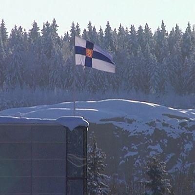 Suomen lippu liehuu Nuijamaan rajalla.