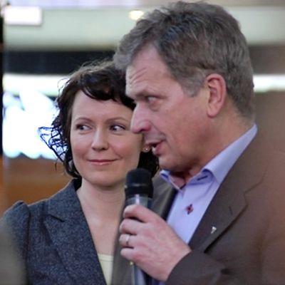 Sauli Niinistö kampanjoi lauantaina Vantaan Jumbossa. Taustalla Jenni Haukio.