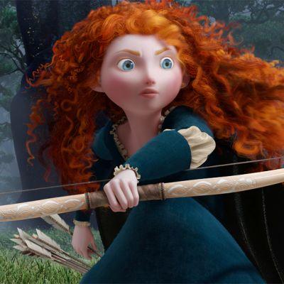 """Elokuvan """"Urhea"""" pääosassa on taitava jousiampuja Merida, kuningas Fergusin ja kuningatar Elinorin tytär, joka haluaa itse päättää, millaista polkua hänen elämänsä kulkee."""