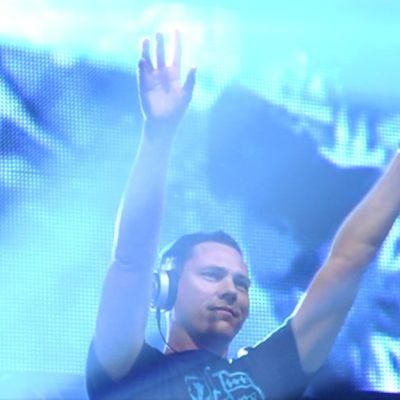 DJ Tiësto nostaa kädet ilmaan