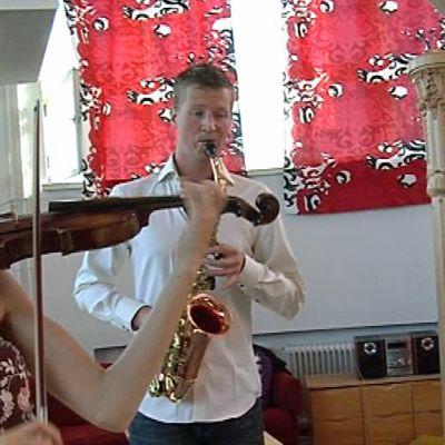 Trio eli viulisti, saksofonisti ja harpisti