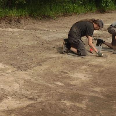 Arkeologiset kaivaukset Turussa Riihivainion kivikautisella asuinalueella.