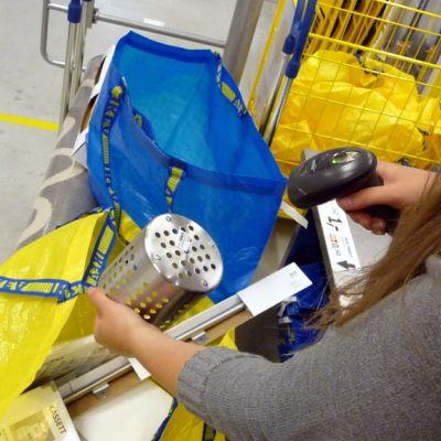 Asiakas lukee viivakoodia Ikean itsepalvelukassalla