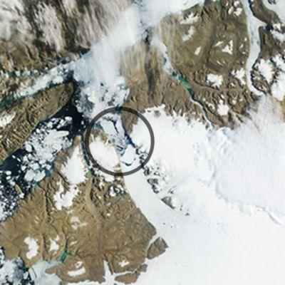 Nasan satelliittikuva Petermannin jäätiköstä ja sen irronneesta osasta 18. heinäkuuta 2012. Kartassa nähtävissä ympyröitynä irronnut osa.