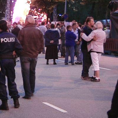 Poliisit valvovat järjestystä Tangomarkkinoilla 2012.
